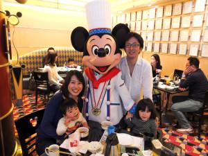 夫婦ともにディズニーとは距離を置いているタイプだったのですが、娘の喜ぶ顔見たさに4歳の誕生日祝いはディズニーランドへ。満面の笑みでミッキーと一緒に写真におさまるまでに変貌(笑)